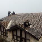 宿泊コテージの屋根をリノベーション中
